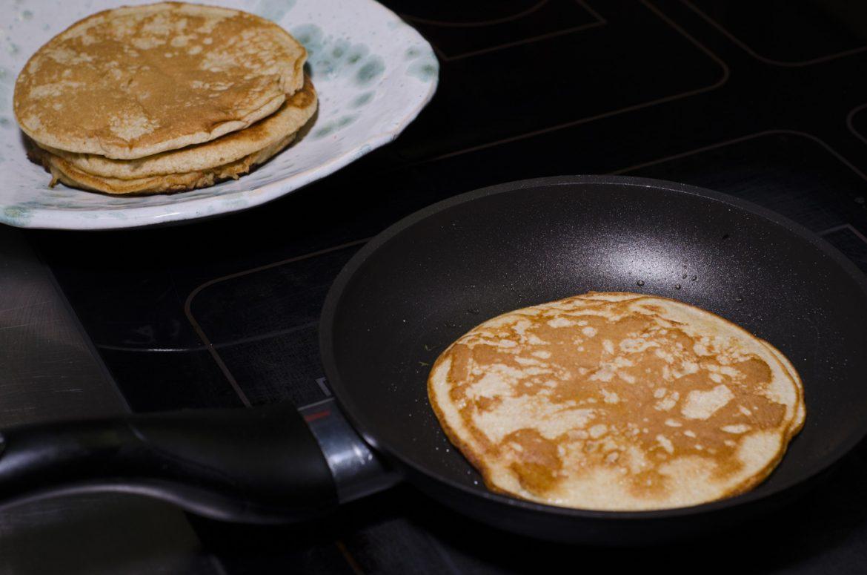 pancakes mit leicht ges tem schafsjoghurt und blaubeeren essen lieben. Black Bedroom Furniture Sets. Home Design Ideas