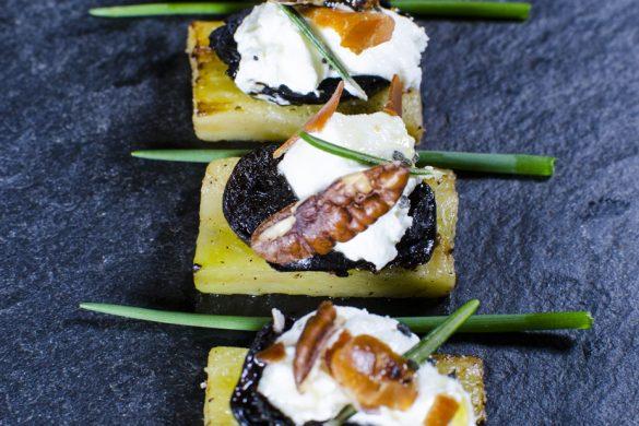Gebratene Auberginenstücke mit Frischkäse, Dörrzwetschgen und Speckbrösel