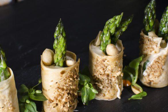 Knusprige Reisteigröllchen mit Erdnuss-Whip und grünem Spargel