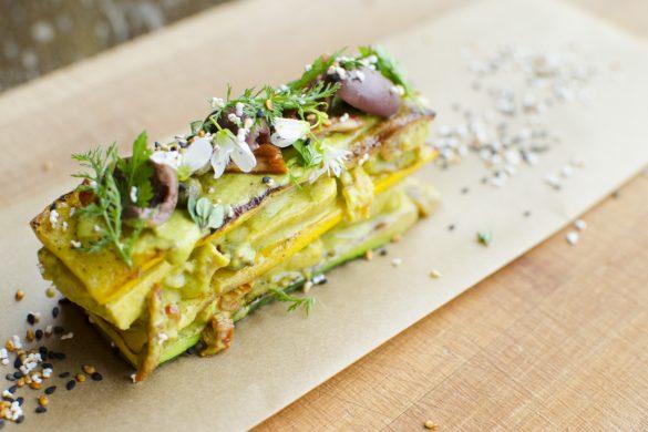 Zucchini-Hühnchen-Sandwich mit Oliven, Kapern und Tomaten