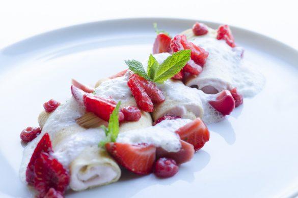 Kühle Dinkelcrêpes mit Rhabarberwhip, Himbeeren und Erdbeeren