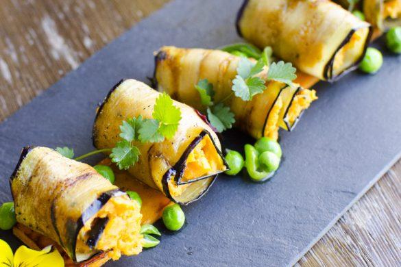 Gefüllte Auberginenscheiben mit gebratener Süßkartoffel und Erbsen