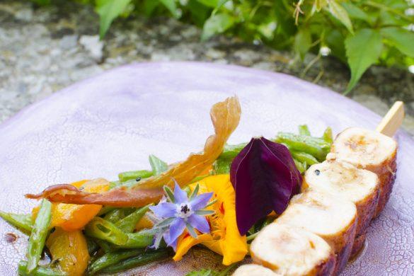 Hühnerspieße mit grünen Bohnen, Marillen und Knoblauch