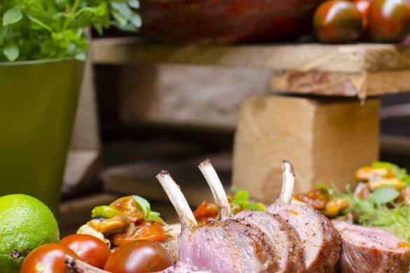 Gegrillte Lammkotelettes mit Tomaten-Muschelbruschetta