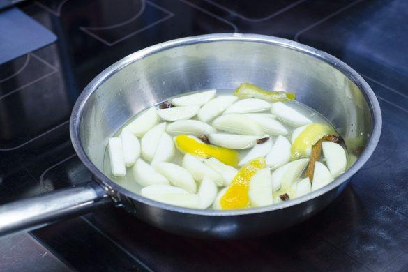 Brownies ohne Zucker und Mehl mit Apfelkompott und Sauerrahm