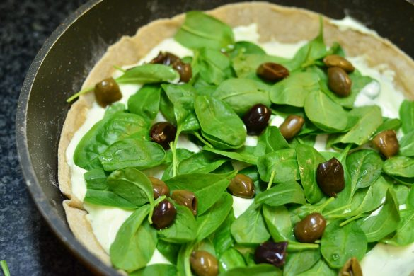 Flammkuchen mit Spinat, Steinpilzen und schwarzen Oliven