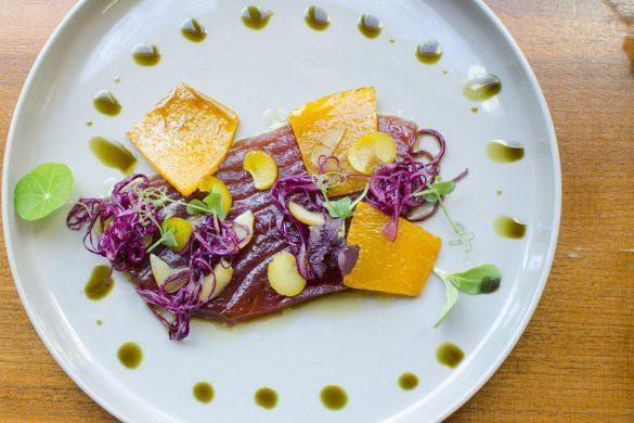 Roh marinierter Thunfisch mit Blaukraut, Maroni, Kürbis und Soja-Glasur