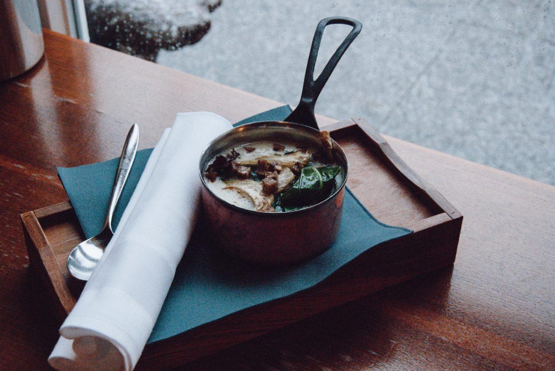 Vegane Kartoffelsuppe mit roh gebratenen Artischocken und Mangold