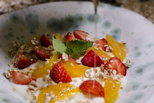 Topfen-Joghurtcreme mit Erdbeeren, Orangen und Müsli