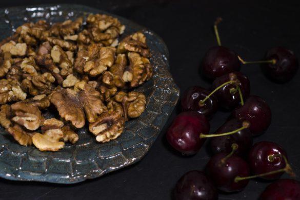 """""""Hildegard von Bingen"""" Frühstücksbrei mit Walnüssen, Kirschen und Honig"""