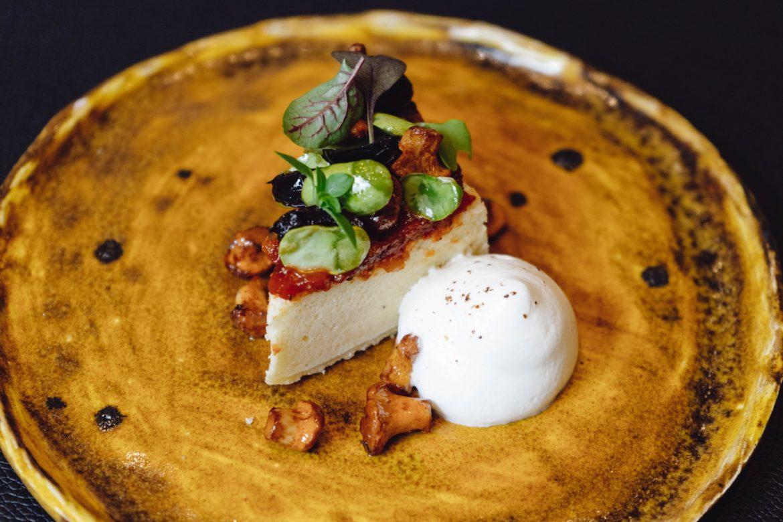 Würziger Cheesecake mit geschmorten Tomaten, Oliven und Eierschwammerl