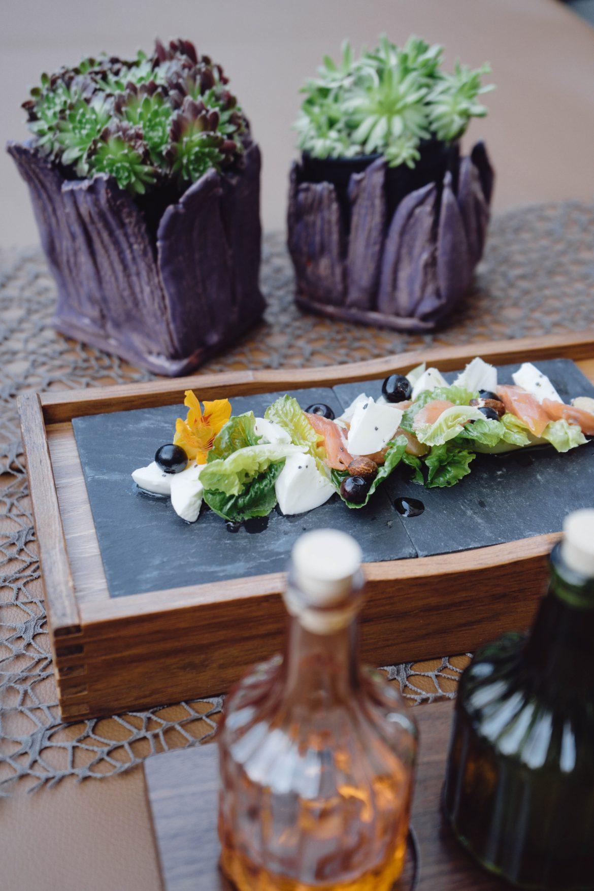 Salat aus Romanaherzen, Räuchersaibling, Heidelbeeren und Schafsfrischkäse