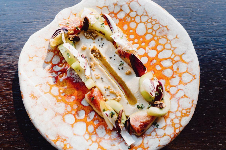 Hummus mit Senfsaat, Feige, Gurke und Bittersalaten
